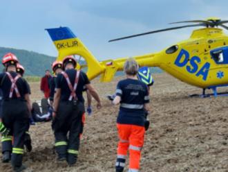 Neštěstí v Jinačovicích: strom tam zavalil člověka, muž je vážně zraněný