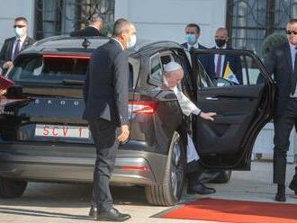 Pápeža Františka vozia automobily značky ŠKODA už druhýkrát, teraz sú však aj čisto elektrické