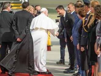 Premiér Heger po odchode pápeža vyzýva na budovanie krajiny s platnými zákonmi, ktorá sa postará o slabých