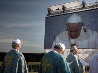 V Šaštíne veriaci nocovali v dekách a spacákoch. Pápež ich vyzval, aby sa vcítili do ľudí v núdzi