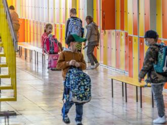 Rodičia sa búria proti noseniu rúšok v škole, hovorí riaditeľ, ktorý zastavil potvrdenia lekára Liptáka