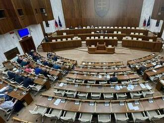 39 a potom 38 poslancov. Parlament sa k odvolávaniu Mikulca opäť nedostal