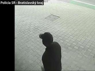 Polícia ukázala nové zábery z krádeže u Cibulkovej. Zlodeji si miesto obzerali už skôr