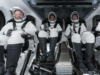 Vesmírny let čaká prvú civilnú posádku bez profesionálneho astronauta
