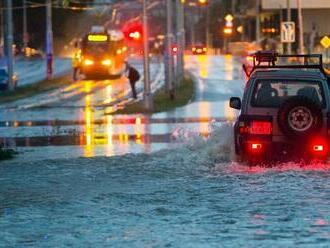 V Bratislave na Gagarinovej ulici zaplavilo podjazd, úsek už sprejazdnili