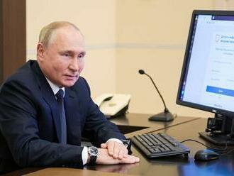 Putin odovzdal svoj hlas vo voľbách prvýkrát elektronicky. Naďalej je v izolácii