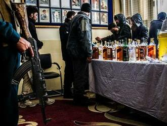 """VIDEO: Taliban sa pochválil """"hriešnym"""" úlovkom. Sklad plný alkoholu patrí českej ambasáde"""