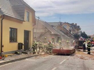 Tragický výbuch domu v Koryčanoch. Dvaja hasiči zahynuli, ďalší sú zranení