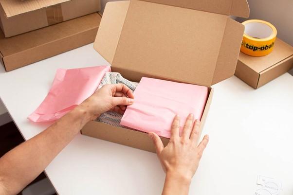 Hodvábny papier: novú košeľu či šál stačí papierom jednoducho obaliť.